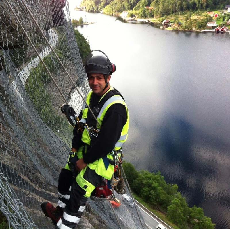 Edin Mujkic i Skoppum är inte rädd för höjder. Här är han fotograferad i berg arbetssäkerheten på sommaren. Foto: Skoppum Grunnarbeid.